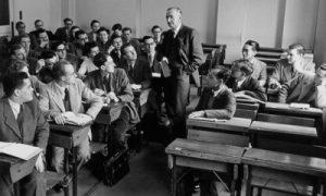 هایک در حال تدریس در دانشگاه شیکاگو