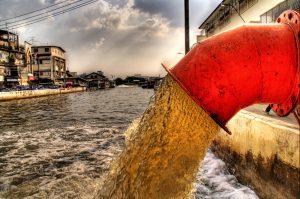 تخلیۀ پسماندهای سمی و شیمیایی صنعتی به رودخانه
